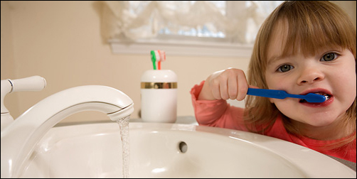 unsupervised-toddler-brushing_SC-DHS_fr_502